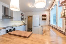 V. 2014 uusitussa keittiössä runsaasti kaappi- ja laskutilaa.