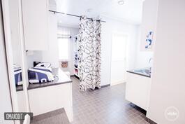Tilavan kodinhoitohuoneen yhteydessä vaatehuone sekä uloskäynti