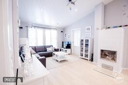 Olohuoneessa Uuniseppien varaava takka ja lattialämmitys kauttaaltaan tuo lämpöä kotiin