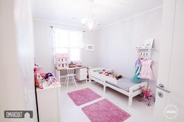 Makuuhuoneessa siistit vaaleat pinnat