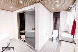 Wc kylpyhuoneen yhteydessä
