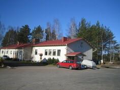 ... asuinrakennuksen ympärillä on mukavasti tarvittaessa esim. parkkipaikkatilaa ja Rehelmäjärvi laavuin sekä Noitajärvi kaupungin uimarannoin n. 3,4 km päässä!