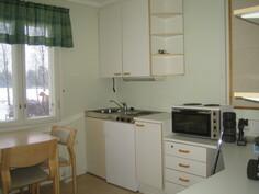 Kuvassa n. 45 m2 yksiön isohko toimistokeittiö, josta löytyy myös hyvin lisää kaapistoja, ...