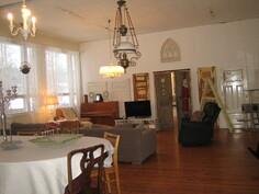 Lisäkuvaa isoimman huoneiston komesta olohuoneesta/salista ja ...