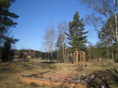 Pihapiirin pienellä kallionharjanteella myös monipuolinen leikkipuisto ja n. 100 m valaistulle pururadalle sekä ...