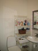 ... erillinen juuri remontoitu siisti wc sekä ...