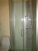 Kuvassa isoimman huoneiston kylpyhuone/wc-tila ja ...