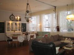 Isoimmassa huoneistossa 5h+k+kph/wc+wc+et+veranta, yht. n. 181 m2 ja ammattitason keittiössä on ....