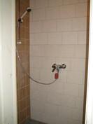 ... yksiössä on lisäksi juuri saneerattu laatoitettu kylpyhuone!