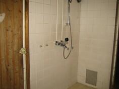 ... laatoitettu kylpyhuone!