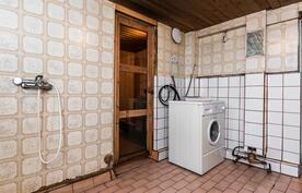 Kylpyhuone ja sauna kellarissa