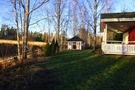 Saunan terassi, huvmaja ja joenrantaa