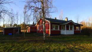 Talo, puuliiteri, sauna talon takana