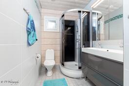Yläkerran erillinen wc, jossa on suihkukaappi.