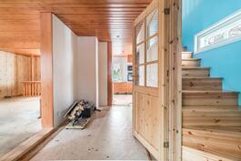 Olohuone, keittiö ja raput yläkertaan