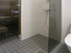 suihkutila erotettu kääntyvällä suihkuseinällä