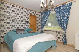 Makuuhuone, jonka yhteydessä iso vaatehuone