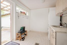 Myös kodinhoitohuoneesta on käynti terassille ja takapihalle