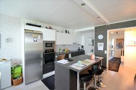 Remontoitu keittiö yhdistyy olohuoneeseen