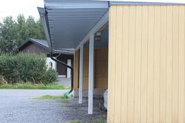 Asuntoo kuuluu autokatospaikka. Autokatoksen yhteydessä kylmävarasto.