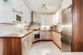 Tyylikäs moderni keittiö RST-kodinkoneilla