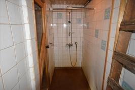 Tilassa yksi suihku