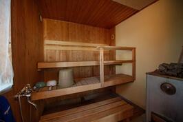 Mökin sauna on puulämmitteinen