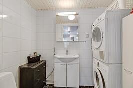 Erillinen wc/kodinhoitotila, johon on sijoitettu pesutorni
