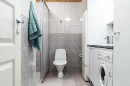 Kylpyhuoneesta löytyy tilaa myös pyykkihuollolle.