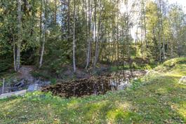 Pihan perällä oleva joki, jossa yleensä enemmän vettä ja mahdollisuus pulahtaa.