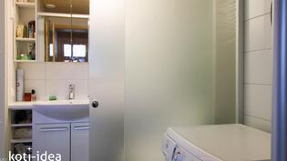 Kylpyhuoneen ja wc:n erottaa lasinen liukuovi