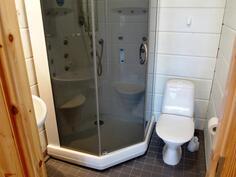 Yläkerran kylpyhuoneessa suihku/höyrykaappi