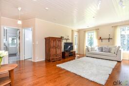 Tämä olohuone on kodin keskipiste.