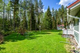 Omalla puistoalueeseen rajoittuvalla pihalla riittää tekemistä koko perheelle.