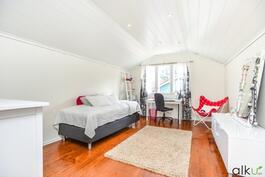 Kodin viides makuuhuone on valoisa ja avara sekä sijaitsee yläkerrassa.