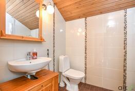Yläkerran wc:ssä on myös suihku.