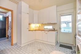 Kodinhoitohuoneessa on käytännöllinen arkieteinen.