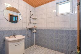 Kylpyhuoneen värimaailma on kodikas.