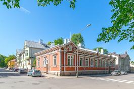 Julkisivu Vänrikinkadun ja Kasarmikadun kulmassa
