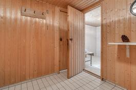 Taloyhtiön saunan pukuhuone talossa 2