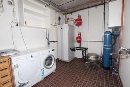 Tekninen tila, jossa myös pyykinpesukone sekä kuivausrumpu
