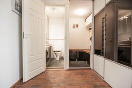 Alakerran WC ja varasto. Lisää säilytystilaa kaapistossa.
