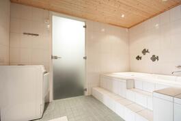 Kylpyhuonetta ja kulku kodinhoitohuoneen puolelle.