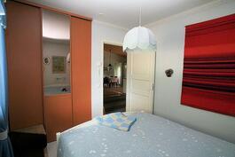 Makuuhuone 1:stä keittiöön