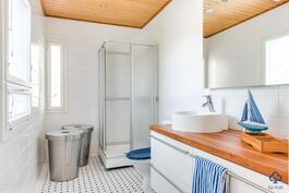 Yläkerrassa myös toinen kylpyhuone