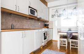 Vaaleailmeinen keittiö