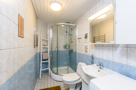 Tilava kylpyhuone, jossa hoidetaan myös kodin pyykkihuolto