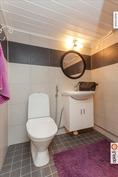 kellarikerroksen wc-tila samalla kodinhoitohuone