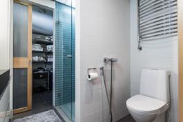 Yläkerrasta löytyy myös erillinen kylpyhuone, jonka yhteydessä todella tilava ja käytännöllinen vaatehuone.