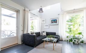 Upea, valoisa olohuone, josta avautuu upeat näkymät, sekä käynti kodin suojaisalle sisäpihalle..
